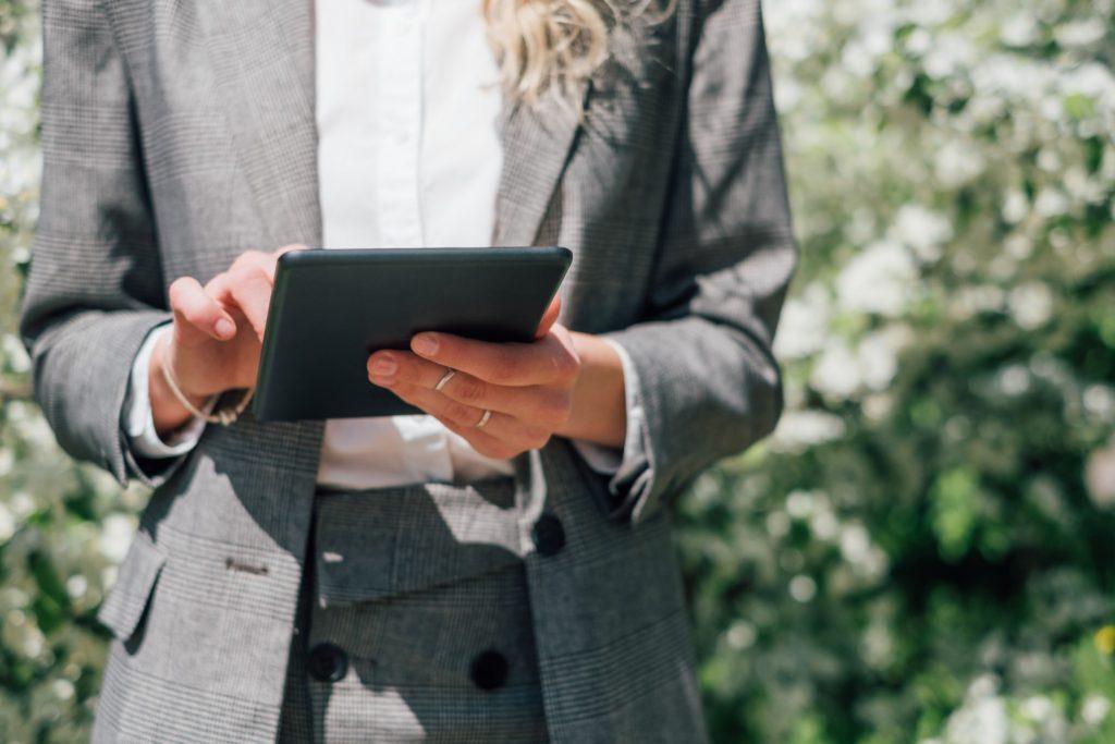 femme-costume-tablette